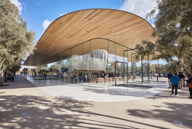 10-ApplePark_VisitorCenter_opening-entrance_20171117